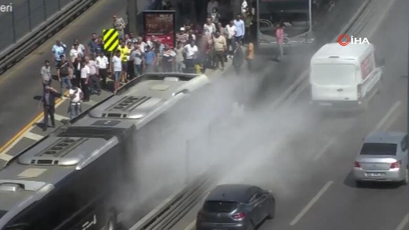 Seyir halindeki metrobüste yangın