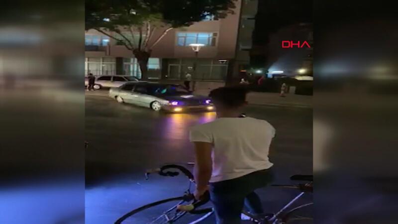 Trafiğe ve insanlara aldırış etmeden cadde ortasında drift yaptı
