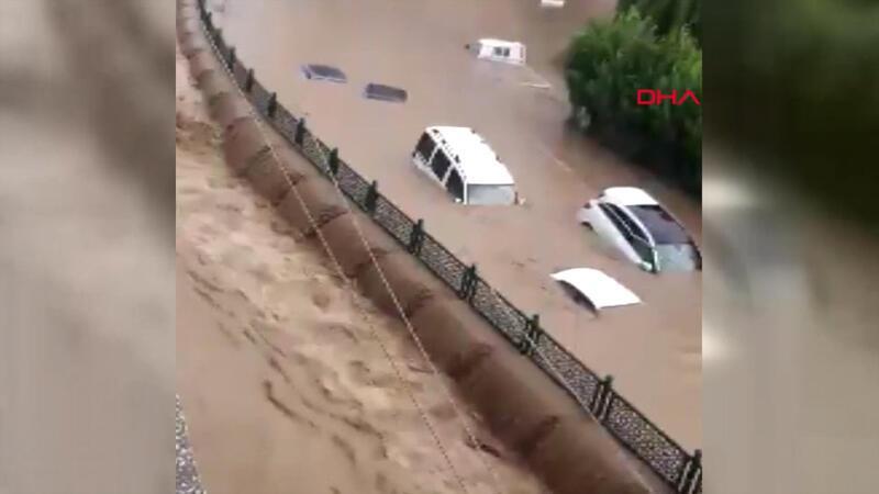 Düzce'de araçlar sel sularında mahsur kaldı