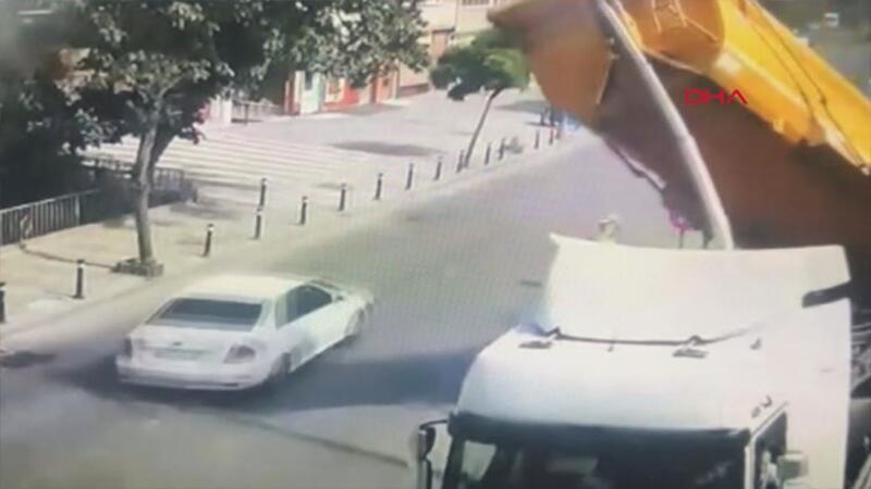 Üsküdar'da taş yüklü kamyonun devrilme anı kamerada