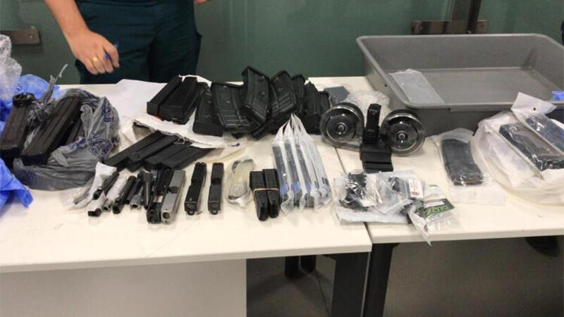 Yolcunun valizinden çok sayıda silah aksam ve parçası çıktı