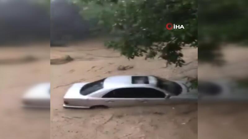 Selde sürüklenen otomobiline böyle seslendi: Ne olur dur