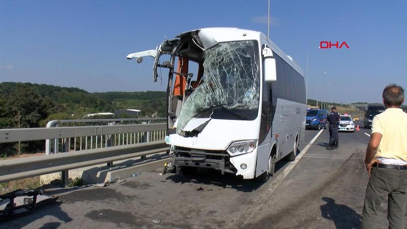 Kemerburgaz yolunda servis midibüsü kaza yaptı