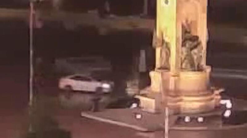 Polisten kaçan araç taksim'deki cumhuriyet anıtı'na çarpıyordu