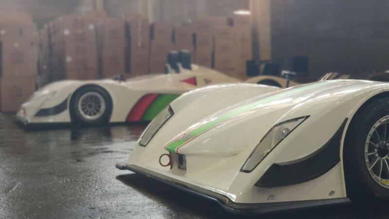 Gümrüğe takılan yarış otomobilleri satılmayı bekliyor