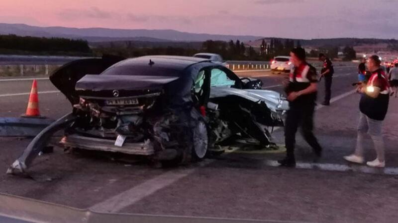 Bariyerlere çarpan otomobildeki 2 kişi hayatını kaybetti