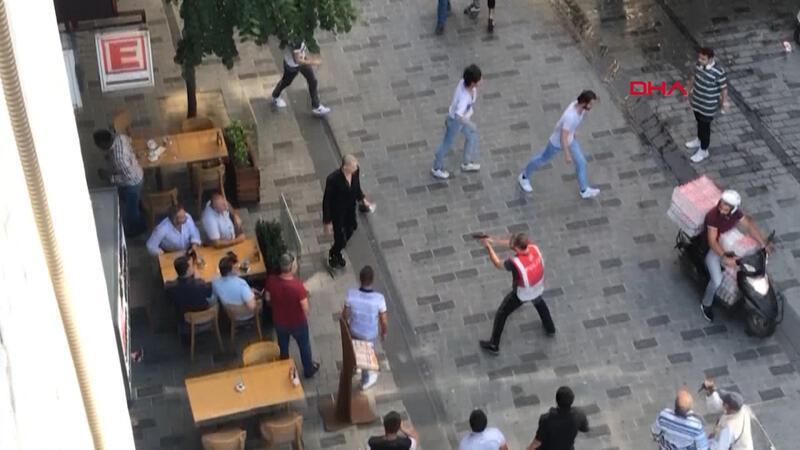İki grup arasında makas ve bıçakların kullanıldığı kavga kamerada