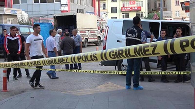 Eski eşini kızının gözü önünde boğazından bıçaklayarak öldürdü