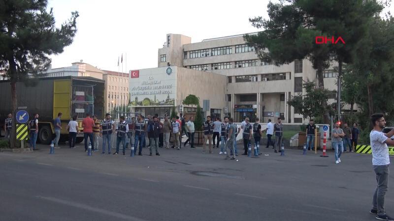 Diyarbakır Büyükşehir Belediyesi polis tarafından çembere alındı