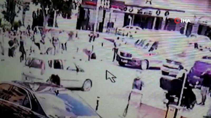 Kadıköy'de lüks araç motosikletliye çarpıp kaldırıma çıktı