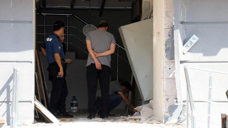 Bomba gibi patlayan elektrik trafosu bina duvarlarını yıktı