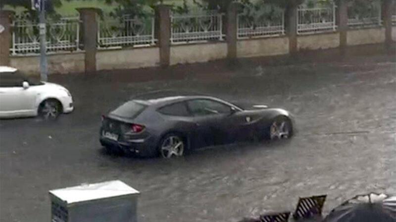 Ferrari böyle mahsur kaldı