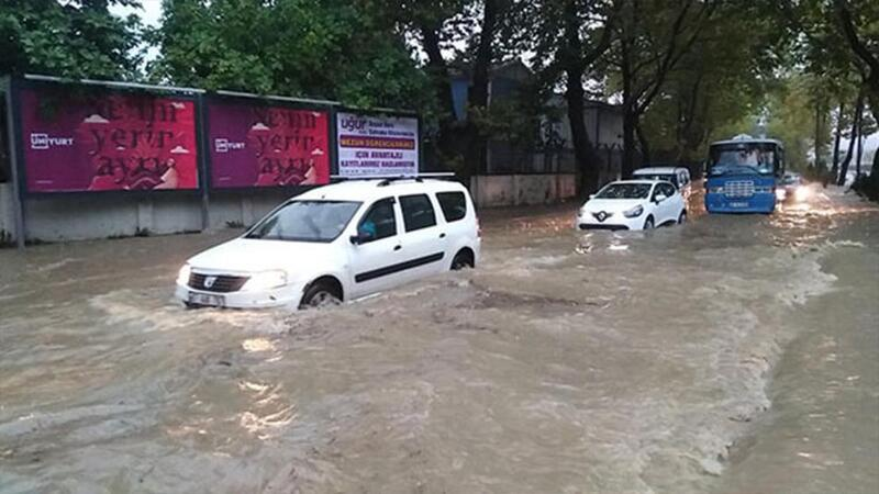 Zonguldak'ta aniden bastıran sağanak yağmurda araçlar yolda kaldı