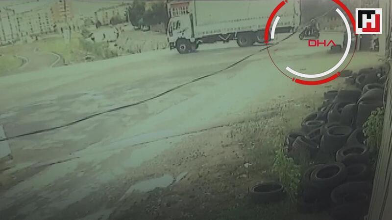 Sultanbeyli'de kamyonun motosikletteki iki kişiyi ezme anı kamerada