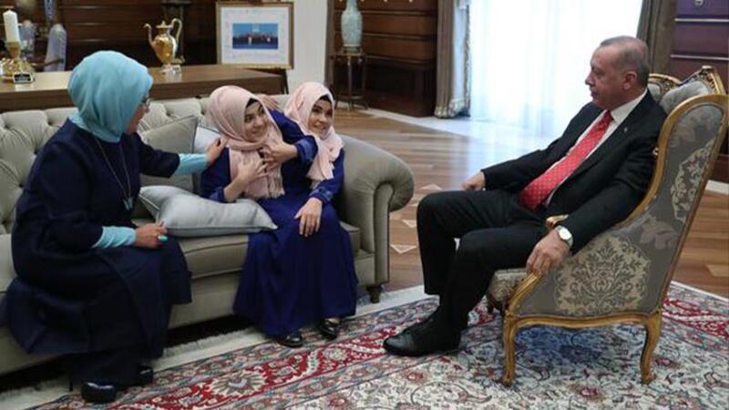 Cumhurbaşkanı Erdoğan, siyam ikizleri Ayşe ve Sema Tanrıkulu'yu kabul etti