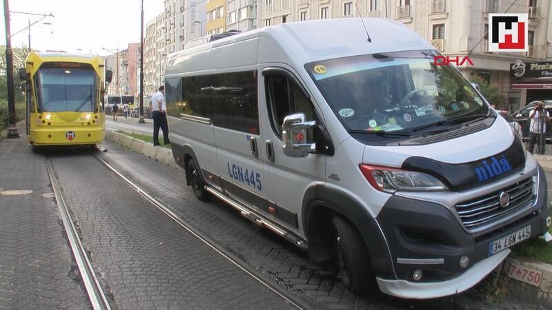 Fındıkzade'de minibüs tramvay durağına girdi, seferler durdu