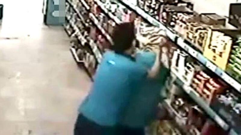 Market çalışanı kadın iş arkadaşını böyle darp etti