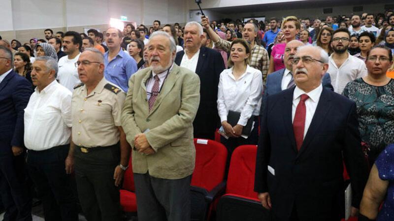 Sunucu unuttu, salondakiler İstiklal Marşı'nı okuyup, saygı duruşunda bulundu