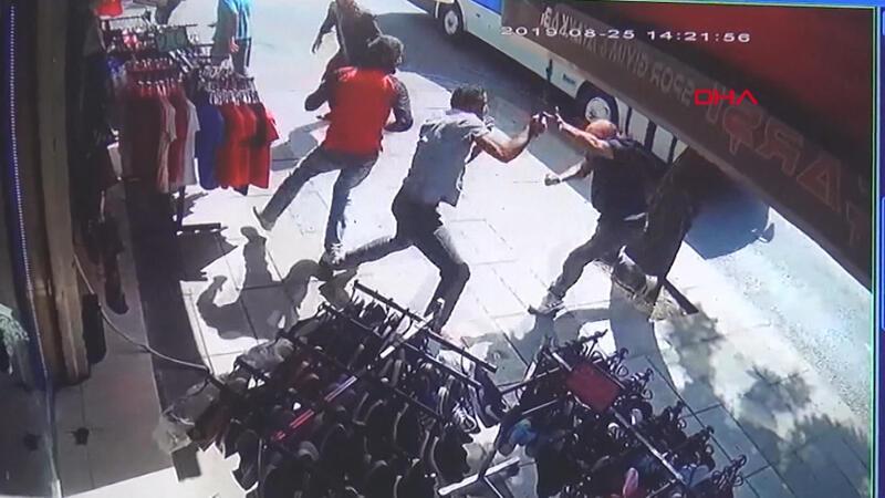 Suriyelilerin kılıç, pala, bıçaklı kavgası kamerada