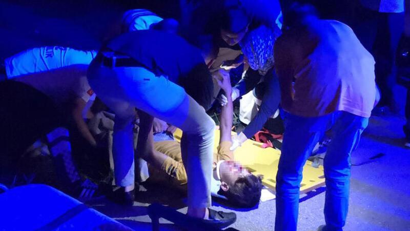 İki kardeş ağır yaralandı, tesadüfen yoldan geçen babası yıkıldı